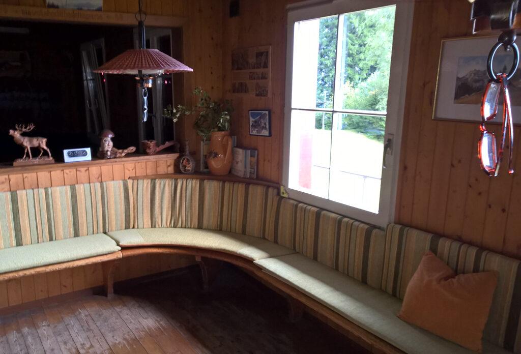 Ein neu gepolstertes Holzsofa in einem Schweizer Chalet.
