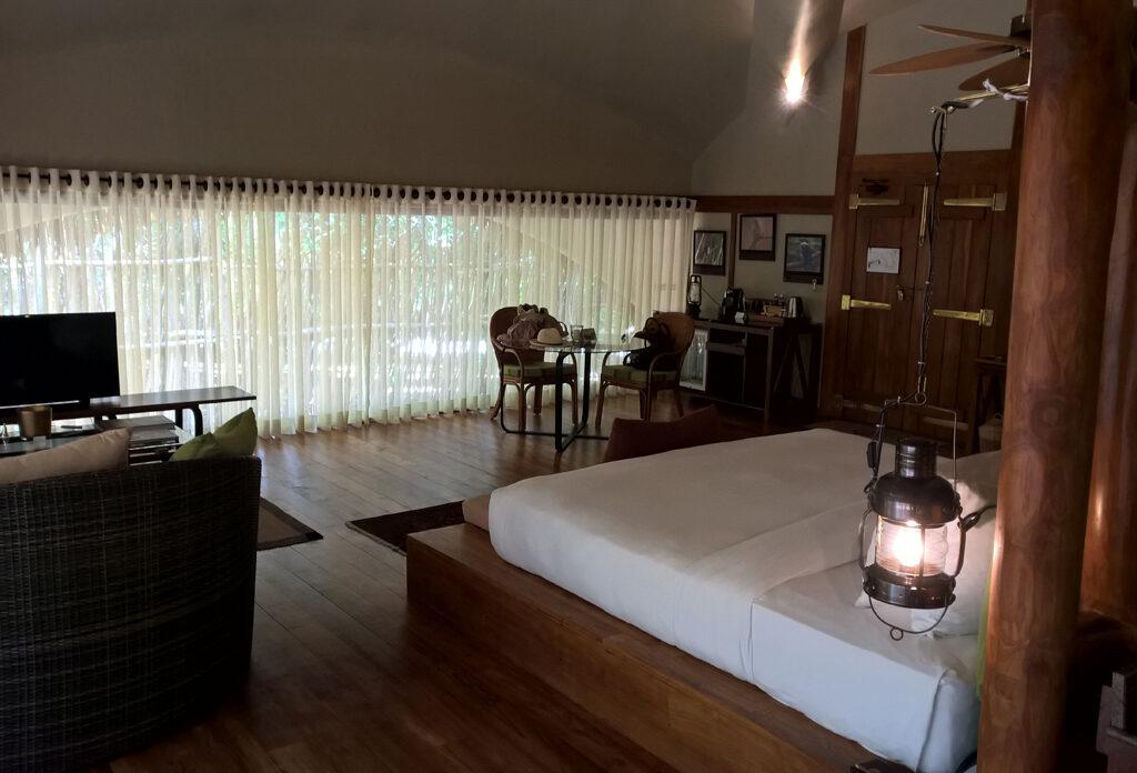 Eine dekorierte Loft-Wohnung mit Bett, Lampen, Vorhängen, Bildern und vielem mehr.