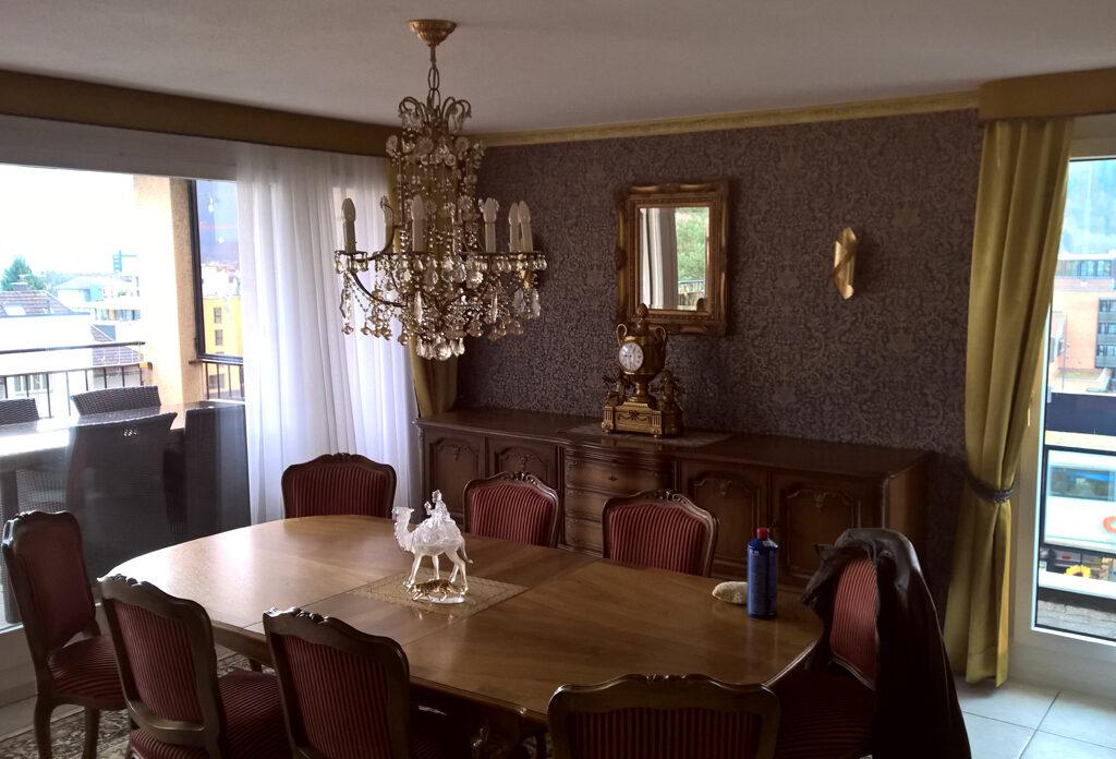 Ein dekoriertes Esszimmer.