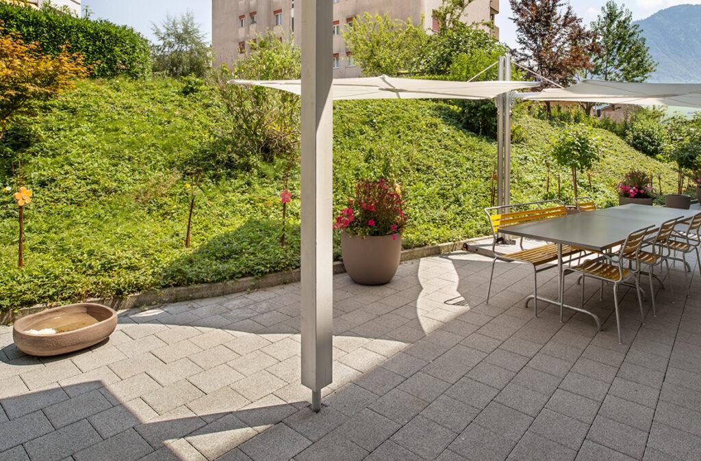 Altersheim Heimet am Bach - Terrasse mit Sonnenschirm