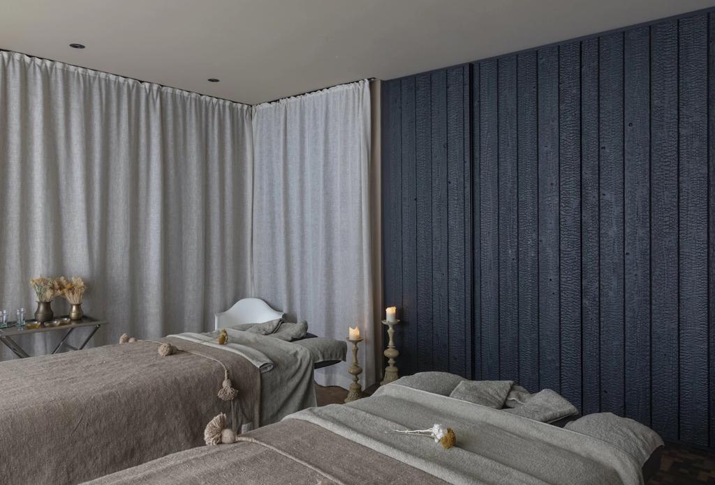 Ein luxuriöses Wellnesszimmer mit neuen Vorhängen und Bettwäsche.