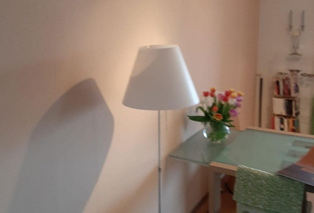 Alte Tapete mit Lampe